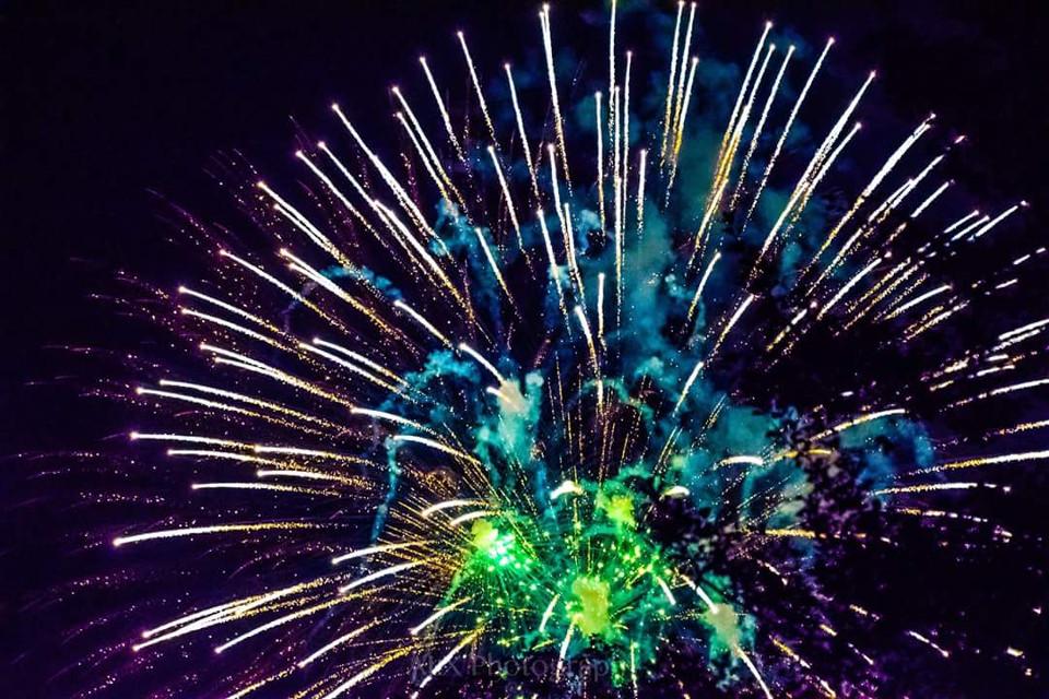 #fireworks #longwoodgardens #celebrate #fireinthesky #paisbeautiful #chestercounty #visitpa #galerwinery #alxphotography #freetoedit