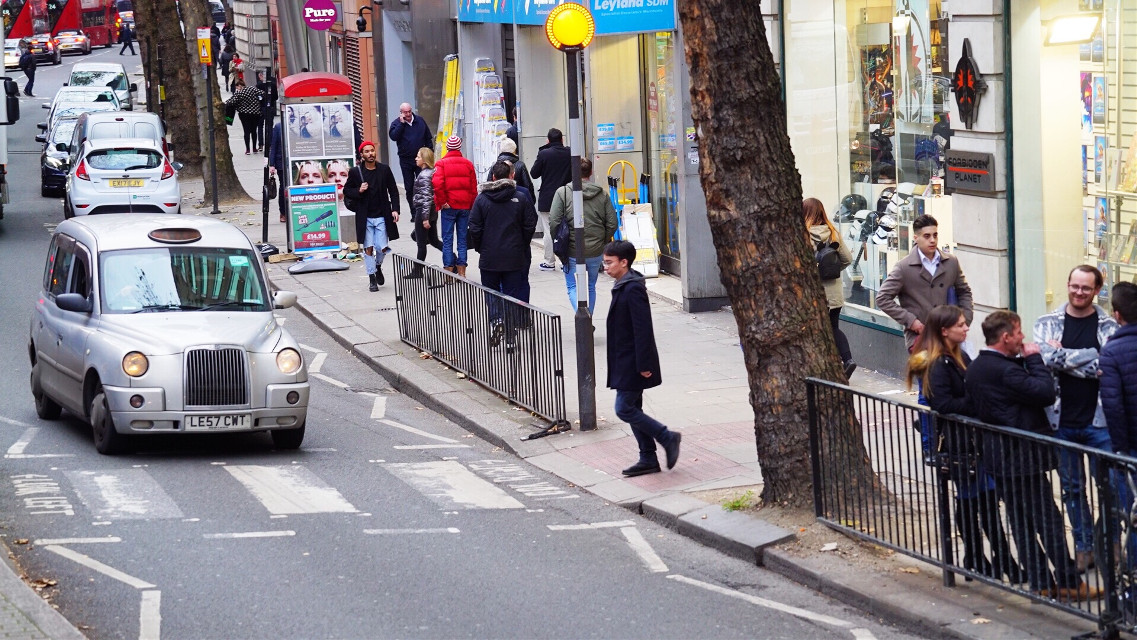Lazy weekends in the city ... • • • • • #london #lifestyle #travelgram #traveltheworld #street #landscape_captures #winter #england #architecture #streetphotography #globetrotter #unitedkingdom #uk #sonyalpha #adventure #travel #tourist #traveladdict #travelphotography #wanderlust #wander #londontown #europe #explore #landscape #peoplewatching #visitlondon #wanderer #livetravelchannel #exploreeverything #freetoedit