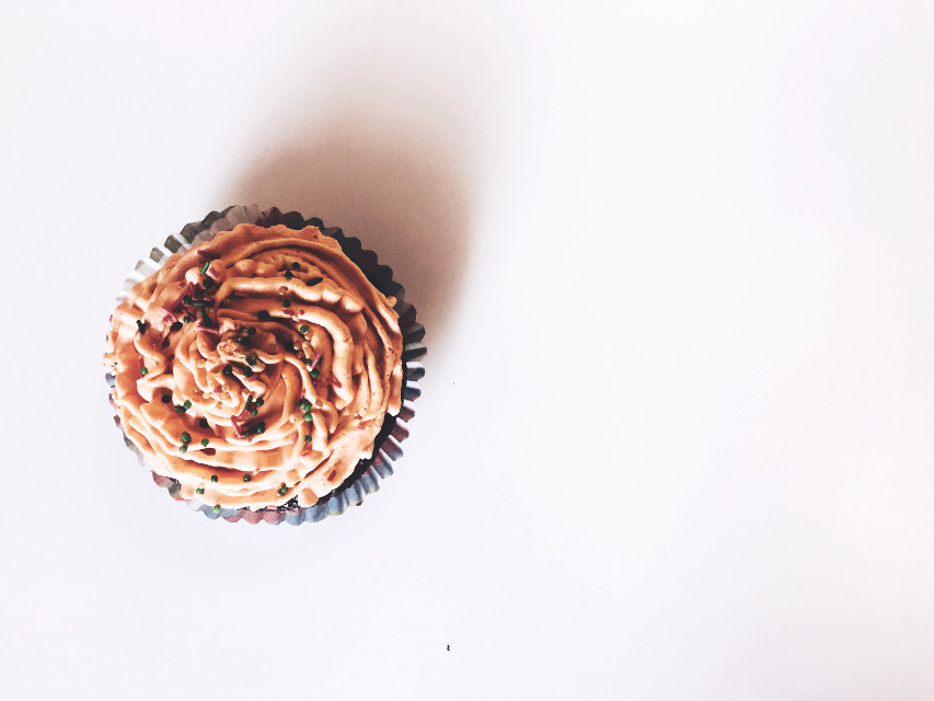 Today i choose to be happy with this cupcake🦋💞 • • • #capcake #minimal #interesting #tastyfood #freetoedit