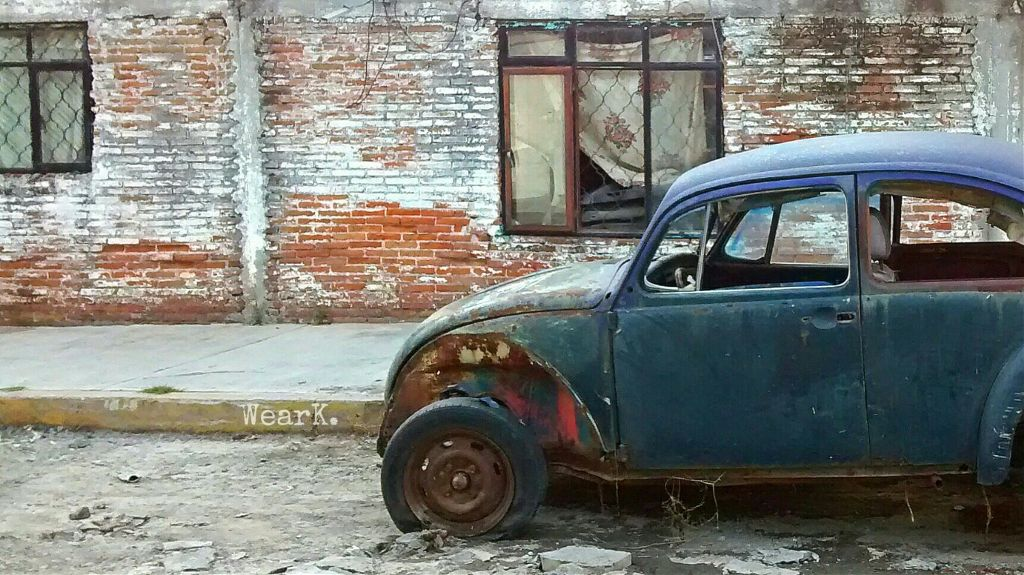 Solo el olvido  reclamará las ruinas Después de todo.   FO #haiku #ruins #old #abandoned #car #decay #rust #grunge #texture #wall #street #decadence #solitud #vw #bochito #urban #urbex ✌