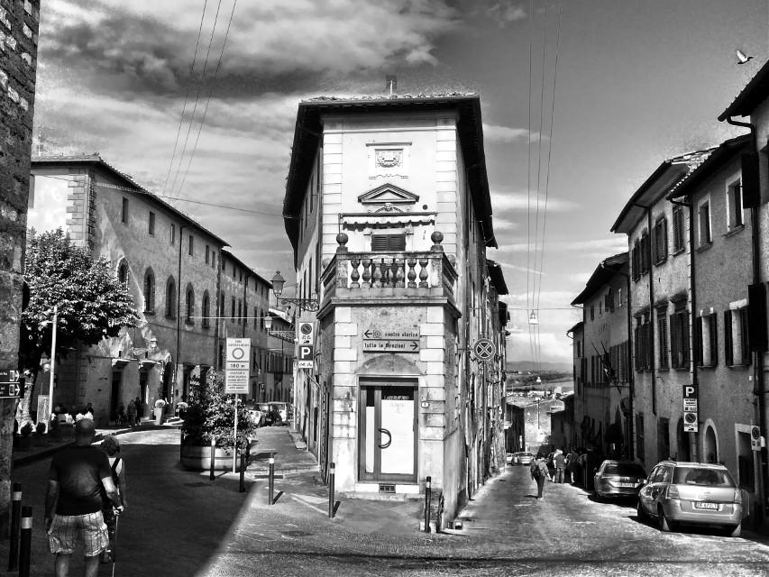 ↔️ #italia #italy #toscana #toscanatour #tuscany #collevaldelsa #city #italiancity #architecture #architecturephotography #architecture_view #hdr #hdrphoto #ig_italia #igersitalia #igerstoscana #thediscoverer #blackandwhite #blackandwhitephotography #ig_tuscany #valdorcia