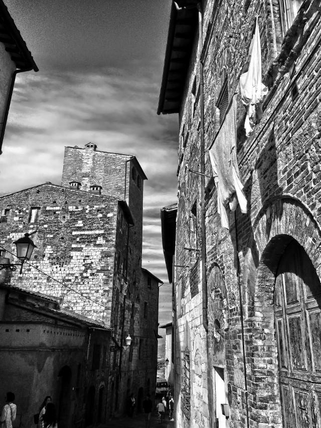 🧦👕👖 #italia #italy #toscana #toscanatour #tuscany #collevaldelsa #city #italiancity #architecture #architecturephotography #architecture_view #hdr #hdrphoto #ig_italia #igersitalia #igerstoscana #thediscoverer #blackandwhite #blackandwhitephotography #ig_tuscany #valdorcia