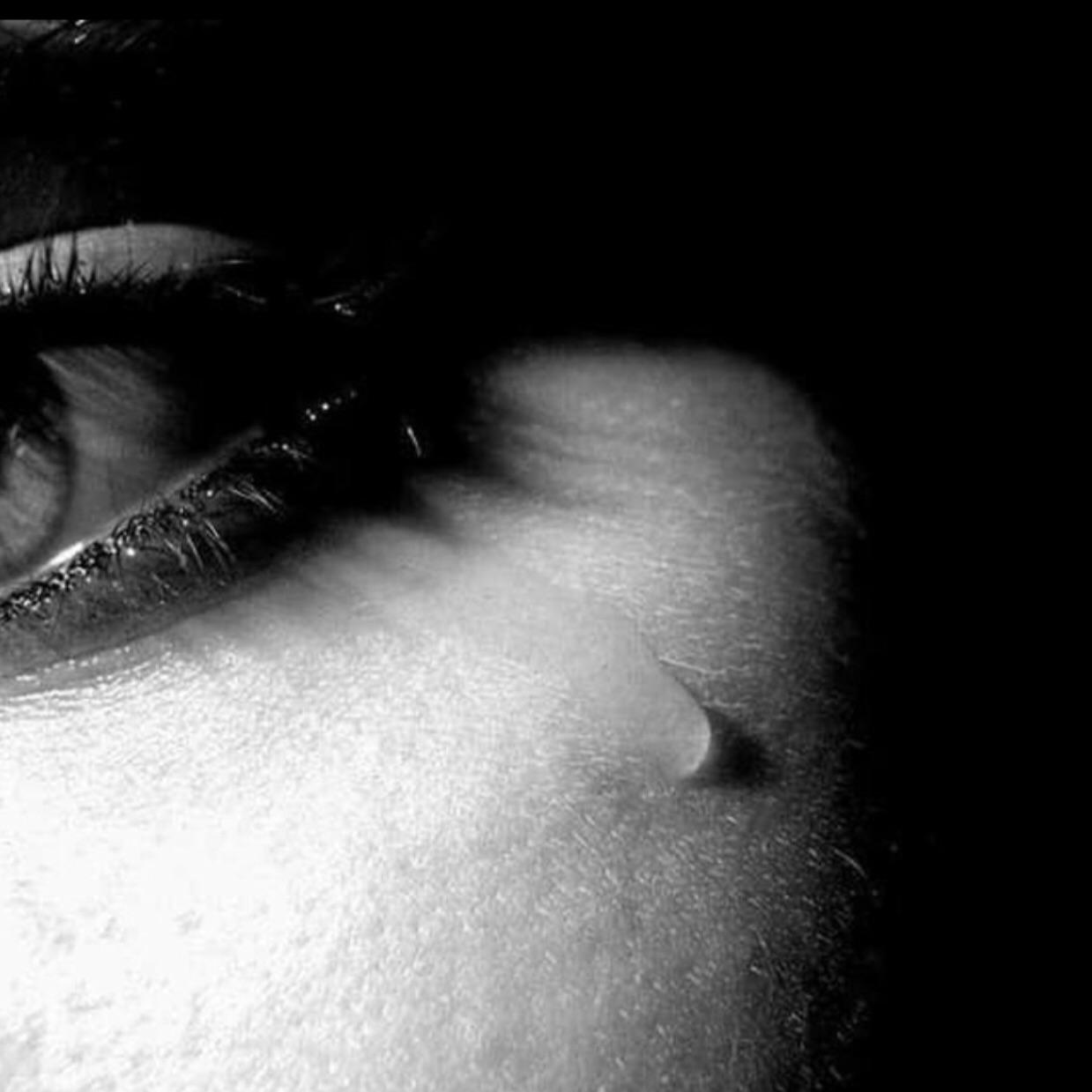 Наступающим открытки, грустные картинки девушек со слезами на глазах