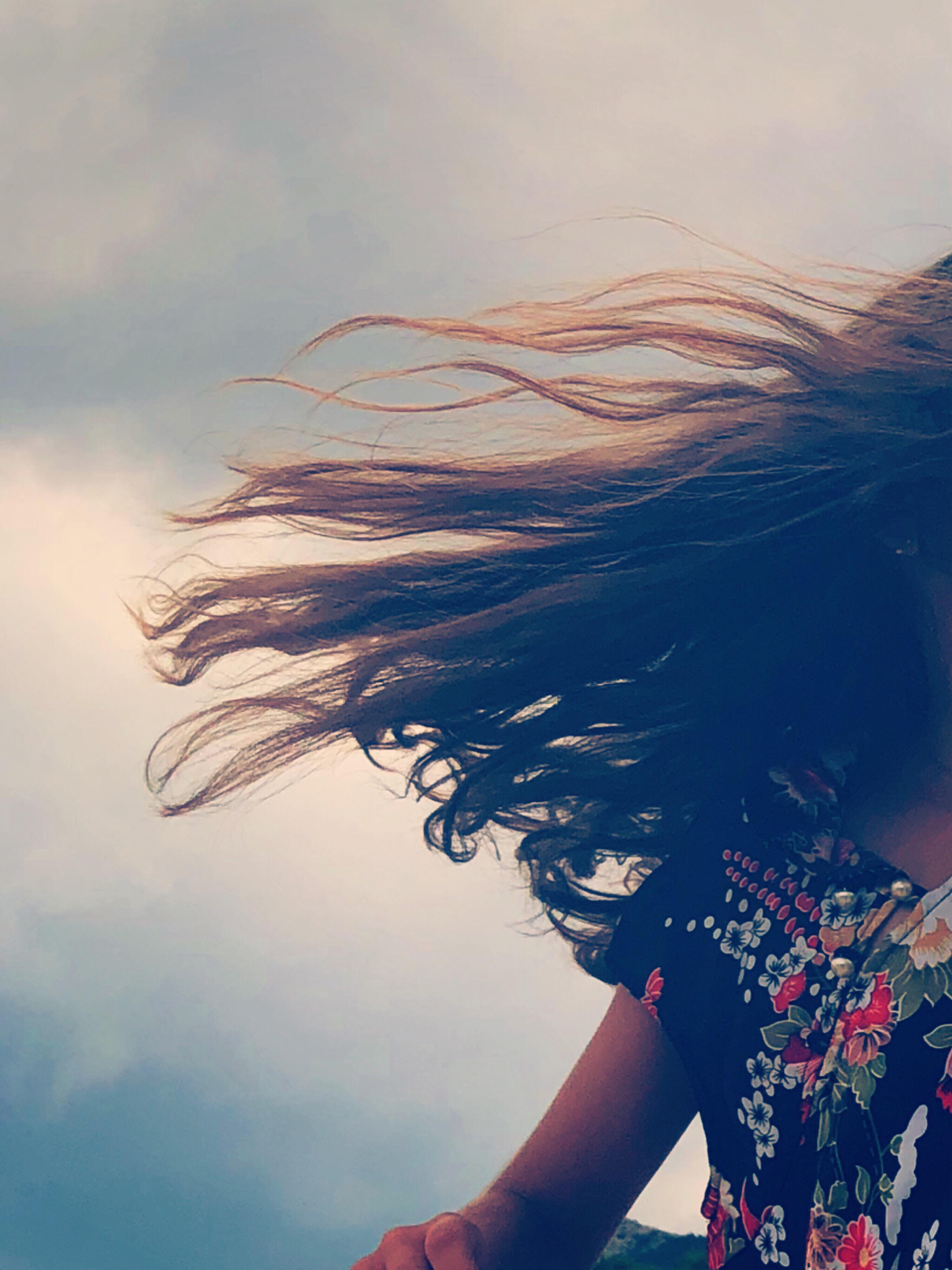 волосы на ветру картинки подарок красивой упаковке