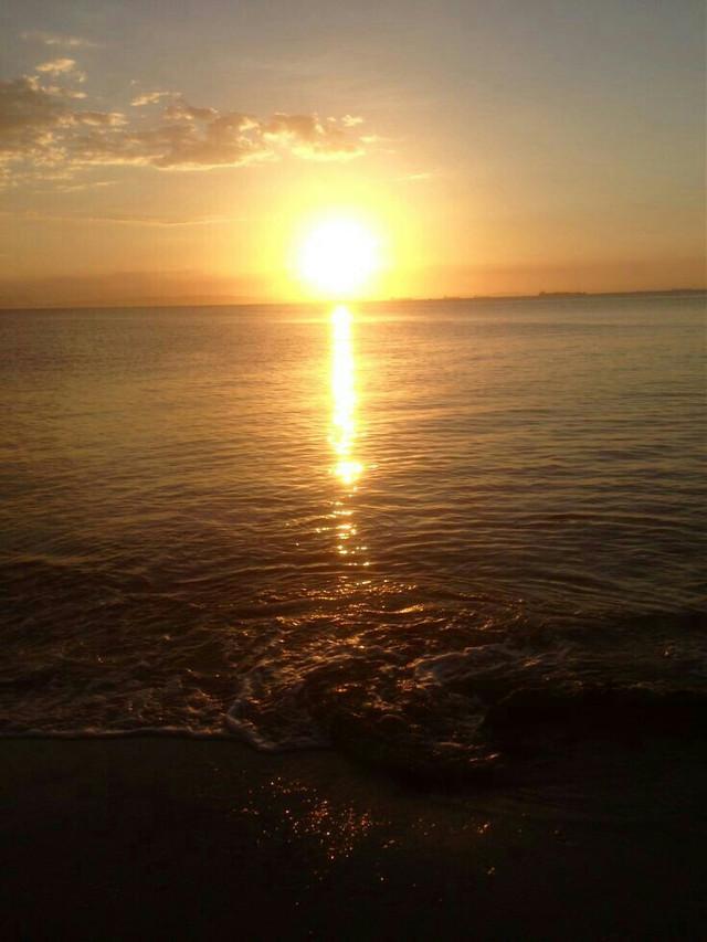 Please Follow me and i follow back.    #freetoedit #sunlight #beach #beachday #summer #clouds #photography #photographynature #photographyart #sol
