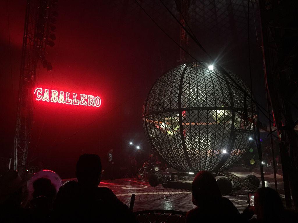 circo circus caballeros motorcycle stunt cage
