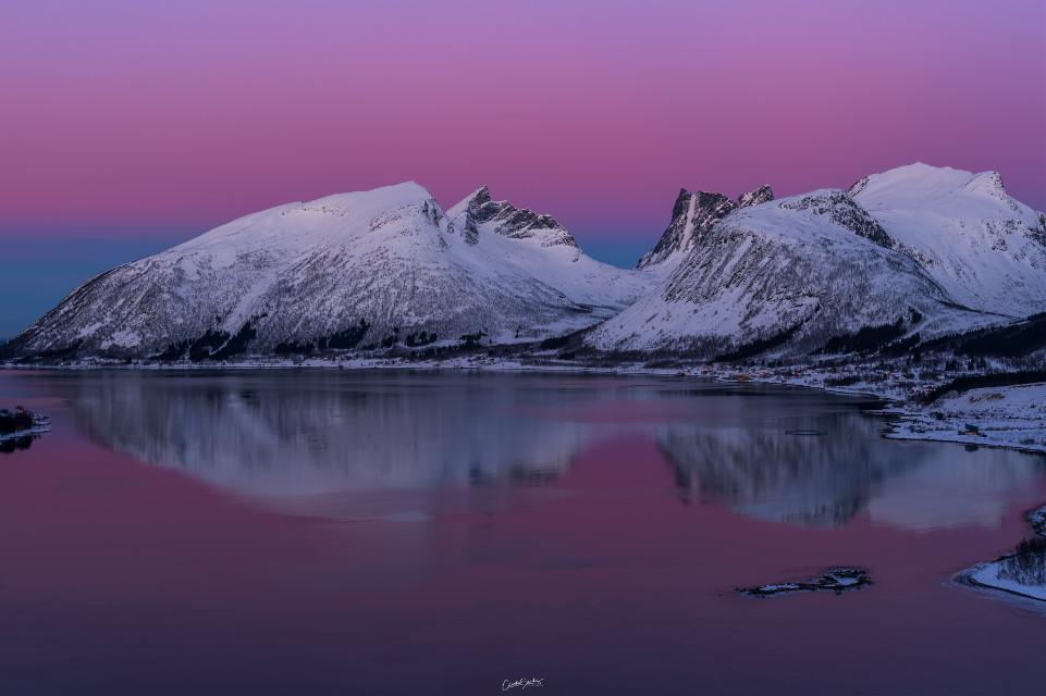El Bergsfjorden una de las vistas más espectaculares al fjordo en Senja. El amanecer tiene colores mágicos   #freetoedit #nature #landscape #lakeview #sunset #skylovers #skyporn #colorful #doubleexposure #stickers #blending #adjusttools #myedit # #remixit