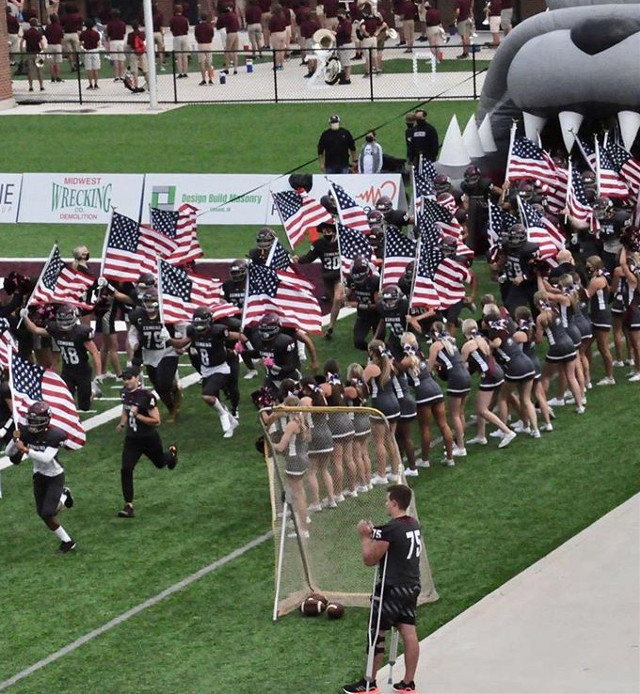 🇺🇸✨Another pic✨🇺🇸  #football #highschhol #varsity #varsityfootball #9-11 #EMHS #MHS #flags #bulldogs #footballplayers